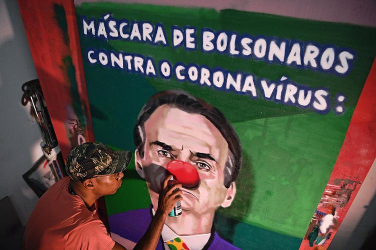 Grafiteira Aira Ocrespo, do Rio: olhar sobre Bolsonaro | Foto: Carl de Souza | AFP - Foto: Carl de Souza | AFP
