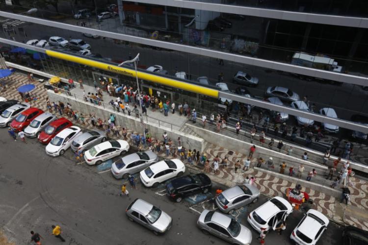 Flagra mostra aglomeração de pessoas em agência do Banco do Brasil | Foto: Rafael Martins | Ag. A TARDE - Foto: Rafael Martins | Ag. A TARDE