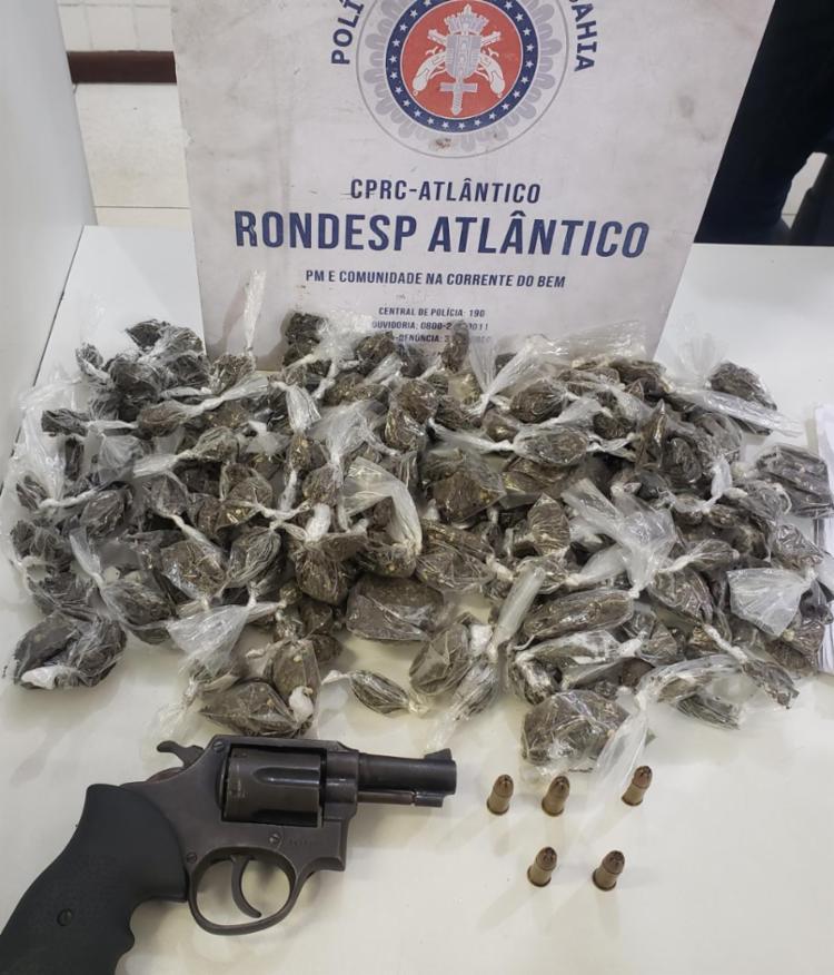 Além da arma, mais mais de mil porções de maconha prontas para a comercialização   Foto: Divulgação   SSP - Foto: Divulgação   SSP