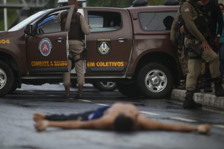 Assaltante morreu no local | Foto: Raphael Muller | Ag. A TARDE - Foto: Raphael Muller | Ag. A TARDE