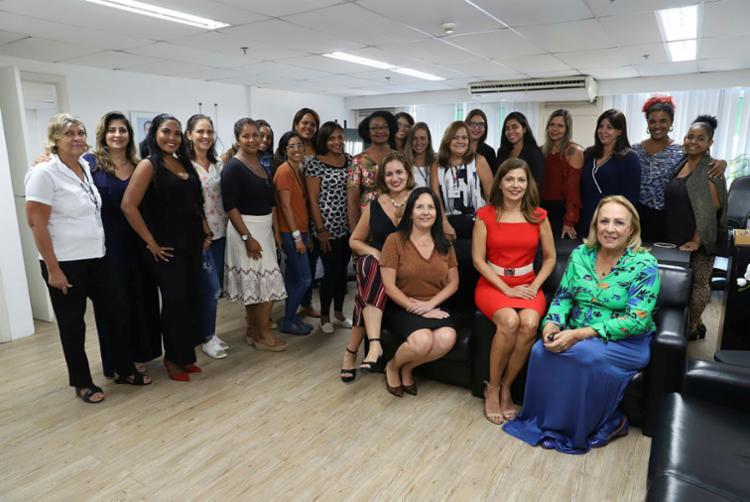 Adélia Maria Pinheiro, secretária de Ciência e Tecnologia (de vermelho) e sua equipe | Foto: Uendel Galter | Ag. A TARDE - Foto: Uendel Galter | Ag. A TARDE