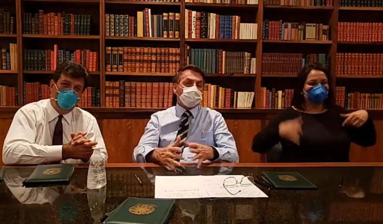 Presidente fez transmissão ao lado do ministro da Saúde, Luiz Henrique Mandetta, ambos usando máscaras cirúrgicas   Foto: Reprodução   Facebook - Foto: Reprodução   Facebook