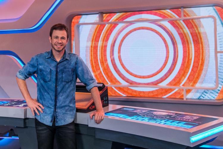 Apresentador Tiago Leifert terá que anunciar o eliminado sem o público presente no estúdio | Foto: Globo | Paulo Belote - Foto: Globo | Paulo Belote