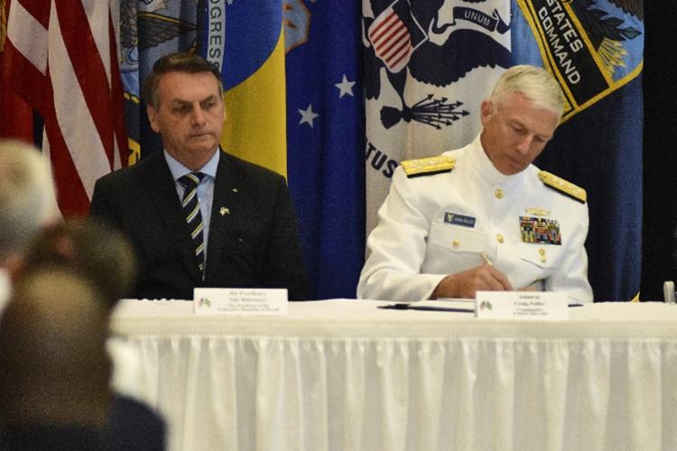 Bolsonaro e Faller assinaram o pacto na sede do Comando Sul | Foto: Gaston De Cardenas | AFP - Foto: Gaston De Cardenas | AFP