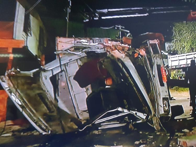 O veículo de grande porte tombou após invadir o imóvel   Foto: Reprodução   TV Itapoan - Foto: Reprodução   TV Itapoan