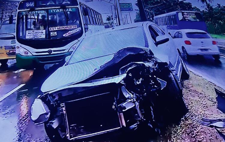 Carro colidiu com outros três veículos, deixando dois feridos, no bairro de Itapuã   Foto: Reprodução   Rede Bahia - Foto: Reprodução   Rede Bahia