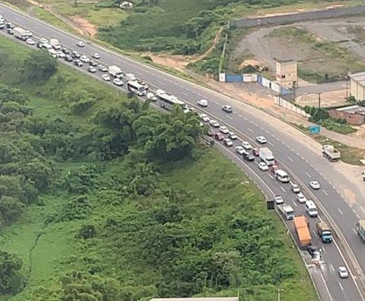 Incêndio aconteceu na rodovia sentido Salvador | Foto: Cláudia Meneses | Isso é Bahia - Foto: Cláudia Meneses | Isso é Bahia