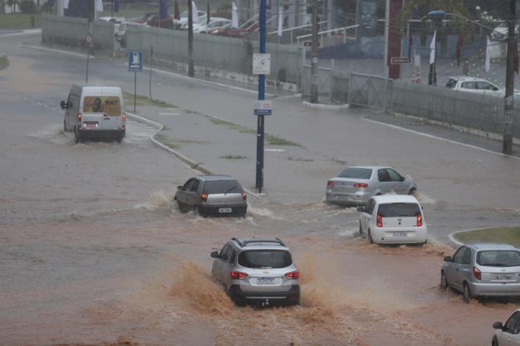A previsão é de chuvas com intensidade de moderada a forte na quinta e sexta   Foto: Raul Spinassé   Ag. A TARDE - Foto: Raul Spinassé   Ag. A TARDE
