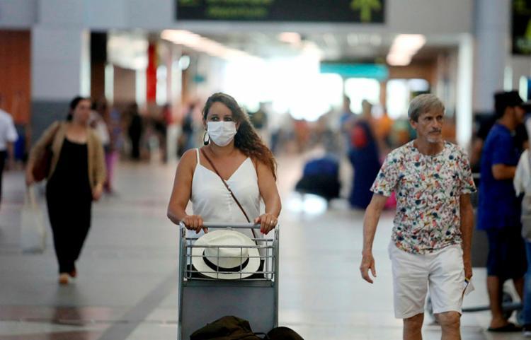 Segundo assessoria do aeroporto, o local está veiculando avisos sonoros e visuais sobre a doença | Foto: Felipe Iruatã | Ag. A TARDE - Foto: Felipe Iruatã | Ag. A TARDE