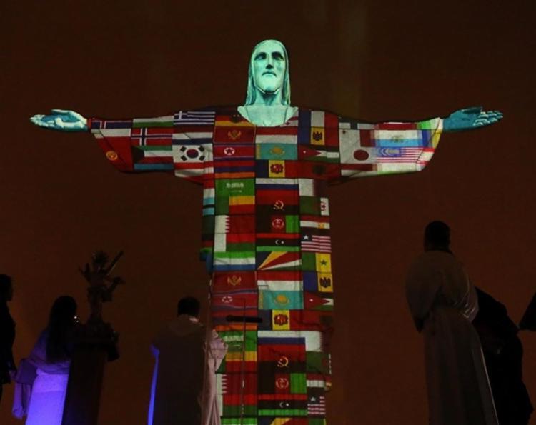A ação é uma iniciativa para enviar apoio e esperança ao mundo. - Foto: AFP