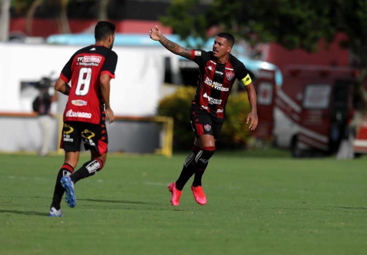 Lateral Thiago Carleto marcou um dos gols do Rubro-Negro | Fotos: Adilton Venegeroles | Ag. A TARDE - Foto: Adilton Venegeroles | Ag. A TARDE