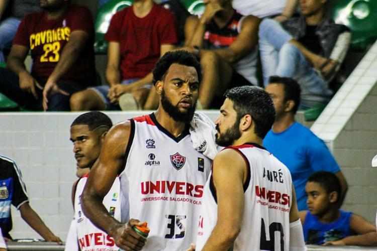 Maique (centro) se tornou o primeiro atleta brasileiro com a confirmação do vírus   Foto: Maurícia da Matta   EC Vitória - Foto: Maurícia da Matta   EC Vitória
