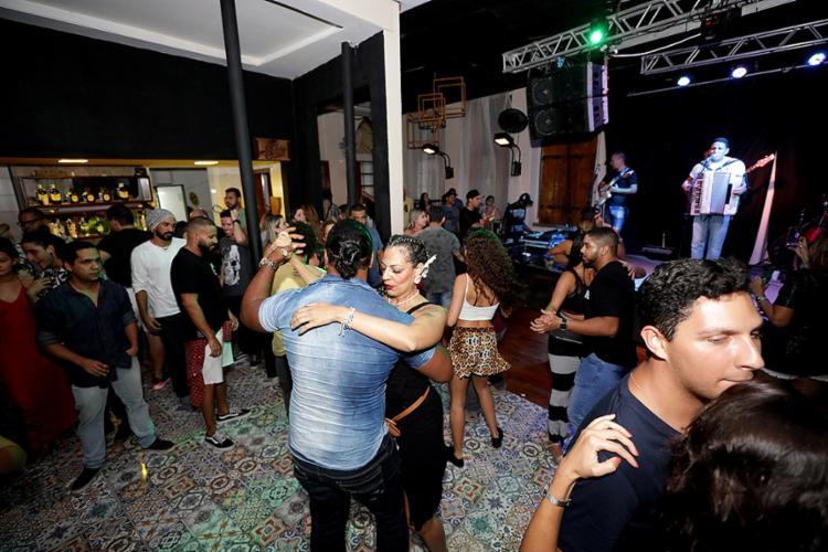 Casais dançam no Coliseu um dia antes das medidas oficiais - Foto: Adilton Venegeroles   Ag. A TARDE