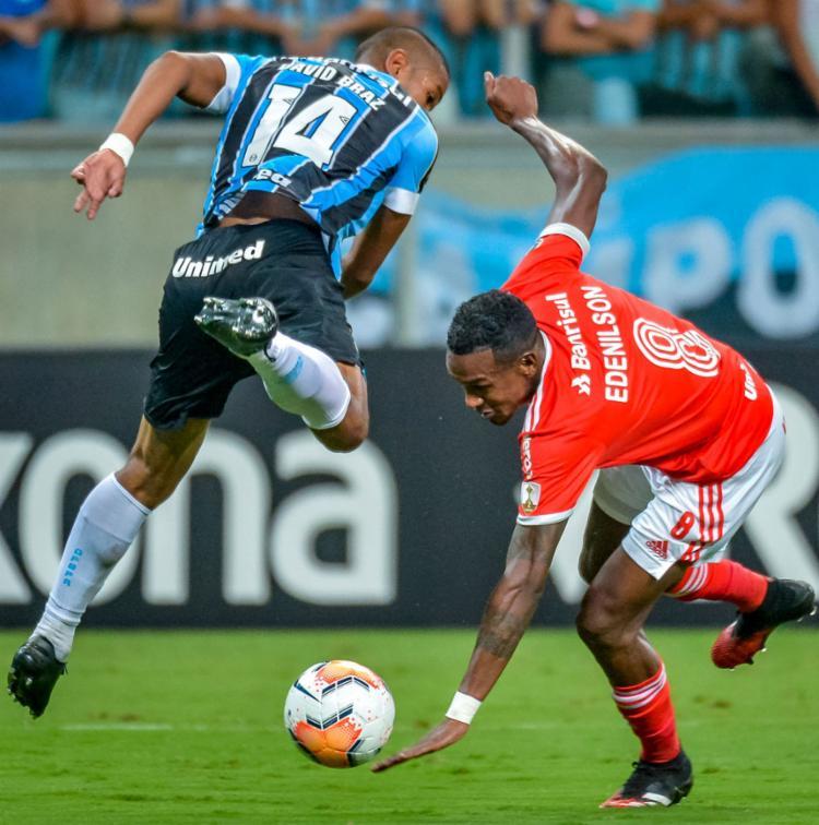 Edenílson (8) acertou a trave e foi um dos melhores do clássico | Foto: Silvio Avila | AFP - Foto: Silvio Avila | AFP
