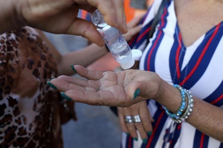 O álcool em gel não é a única forma segura de prevenção para o Covid-19 | Foto: Uendel Galter | Ag. A TARDE - Foto: Uendel Galter | Ag. A TARDE