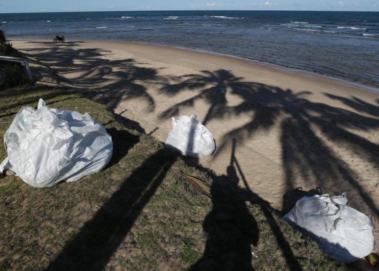 A quantidade de óleo foi retirada por voluntários da ONG Guardiões do Litoral na praia da Espera no domingo | Foto: Adilton Venegeroles | Ag. A TARDE - Foto: Adilton Venegeroles | Ag. A TARDE