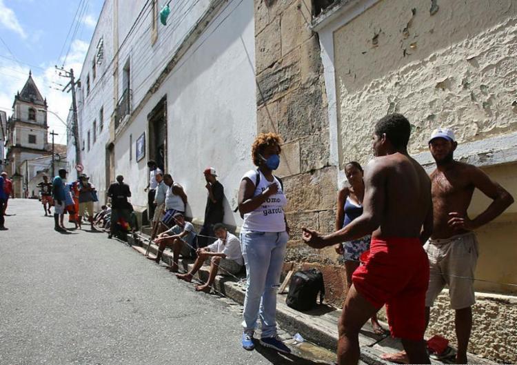 População recebe orientação e kit de higiene | Foto: Laryssa Machado | Ag. A TARDE - Foto: Laryssa Machado | Ag. A TARDE