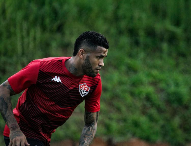 Lateral Léo treinou com bola na sexta-feira, 13, mas ainda não pode estrear porque não está inscrito no BID - Foto: Letícia Martins | ECVitória