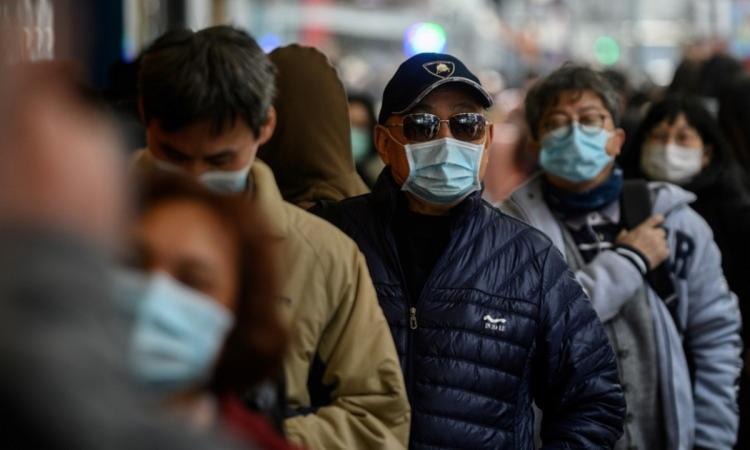 Segundo a Organização Mundial da Saúde (OMS), a doença não apresenta sintomas ou é leve em 81% dos casos | Foto: Philip Fong | AFP - Foto: Philip Fong | AFP