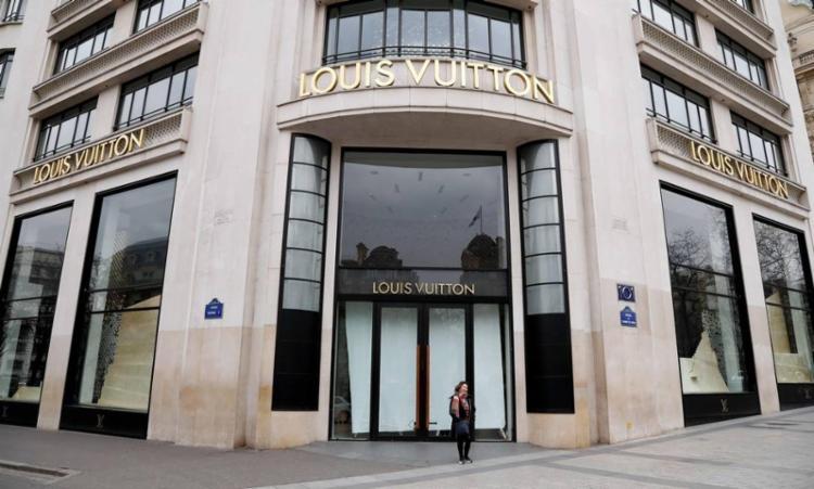 Bernard Arnault determinou que três das suas fábricas de perfume produzam álcool em gel | Foto: Francois Guillot | AFP - Foto: Francois Guillot | AFP