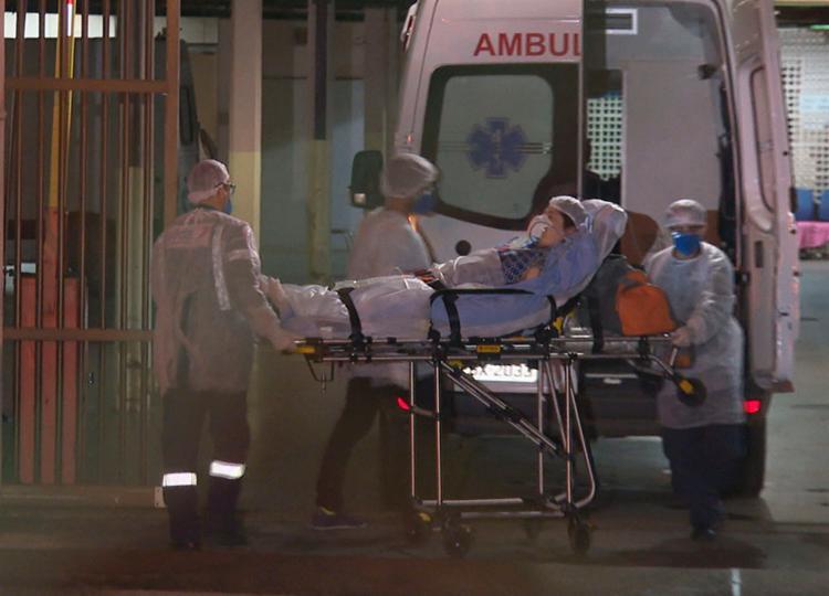 Paciente internada apresenta febre alta e respira com ajuda de aparelhos | Foto: TV Globo | Reprodução - Foto: TV Globo | Reprodução