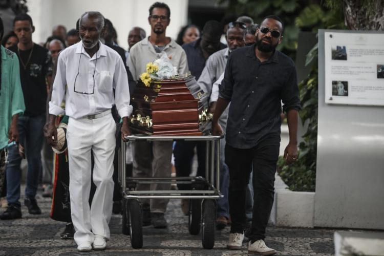 Sambista baiano foi sepultado sob aplausos de familiares e amigos | Foto: Felipe Iruatã | Ag. A TARDE - Foto: Felipe Iruatã | Ag. A TARDE