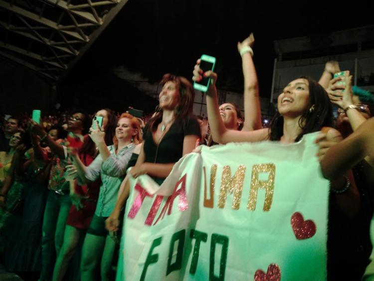 A fã Lívia Leal levou um cartaz para a frente do palco | Foto: Shagaly Ferreira | Ag. A TARDE