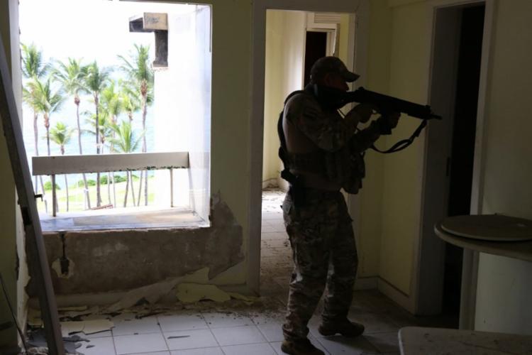 Nos locais vistoriados, foram encontrados munições, simulacro de arma e drogas | Foto: Divulgação | SSP-BA - Foto: Divulgação | SSP