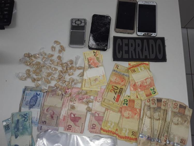 Além do dinheiro, crack, cocaína, balança, sacos plásticos, uma motocicleta e três aparelhos celulares foram localizados na ação | Foto: Divulgação - Foto: Divulgação