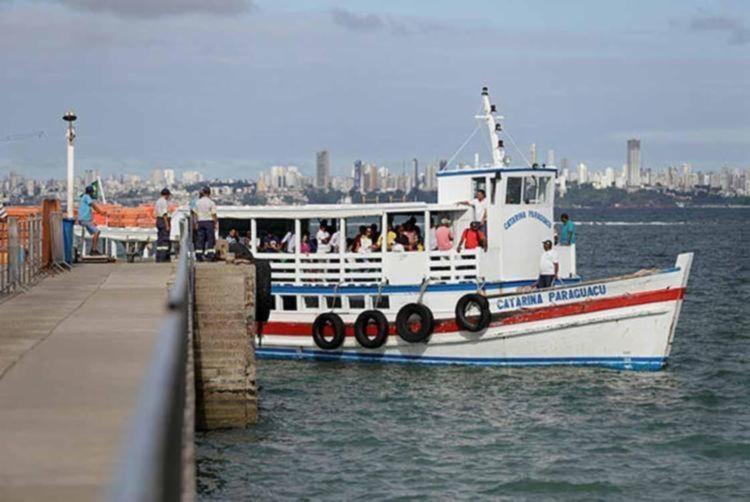 Maré alta e ressaca inviabilizam atracação das embarcações no Terminal de Vera Cruz | Foto: Raul Spinassé | Ag. A TARDE - Foto: Raul Spinassé | Ag. A TARDE