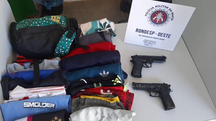 Com o trio foram encontrados dois simulacros de pistola e 14 peças de roupas   Foto: Divulgação   SSP - Foto: Divulgação   SSP