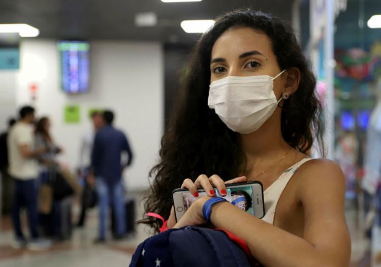 Máscara se tornou um acessório para quem trabalha em áreas como aeroporto | Foto: Uendel Galter | Ag. A TARDE - Foto: Uendel Galter | Ag. A TARDE