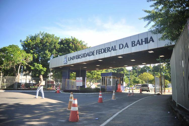 Aulas da instituição foram suspensas por tempo indeterminado   Foto: Felipe Iruatã   Ag. A TARDE - Foto: Felipe Iruatã   Ag. A TARDE