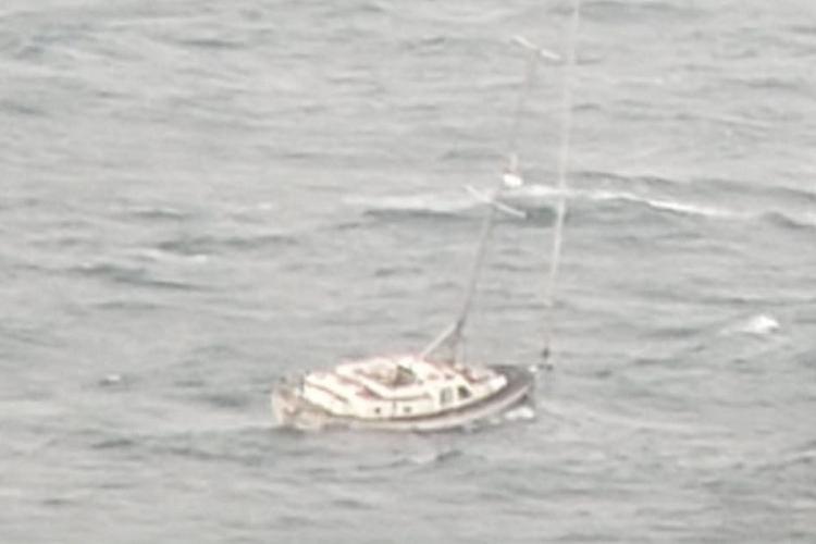 Embarcação estaria ancorada nas imediações da Bahia Marina e se soltado na madrugada, com a força dos ventos | Foto: Divulgação | Cidadão Repórter - Foto: Foto: Divulgação | Cidadão Repórter