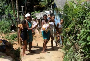 Entrega de cestas básicas no bairro de Fazenda Grande IV | A TARDE