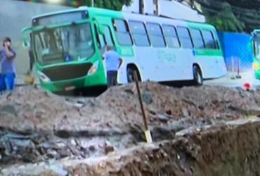 Ônibus cai em buraco na região da Sete Portas; trânsito está congestionado | Foto: Reprodução | TV Bahia