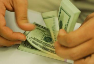 Dólar interrompe sequência de quedas e fecha estável |