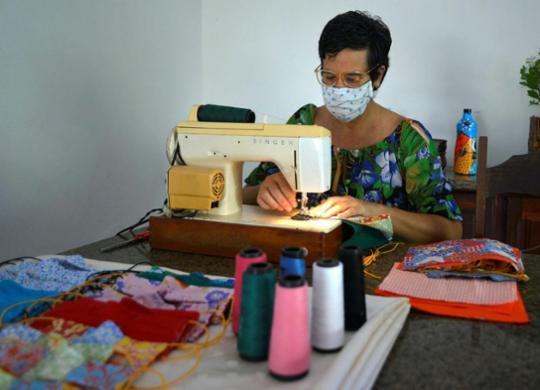 Uso de máscaras artesanais se torna alternativa em momento de escassez | Shirley Stolze | Ag. A TARDE