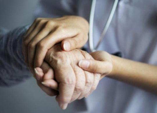 Por que o coronavírus é mais perigoso para os idosos e como protegê-los?   AFP