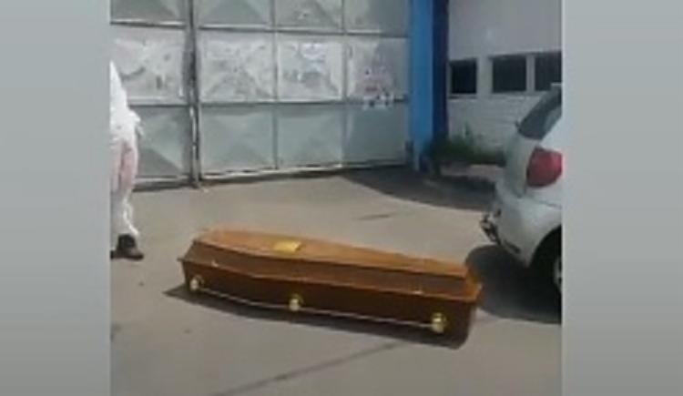 A Guarda Civil foi acionada para retirar o caixão do local   Foto: Reprodução - Foto: Reprodução