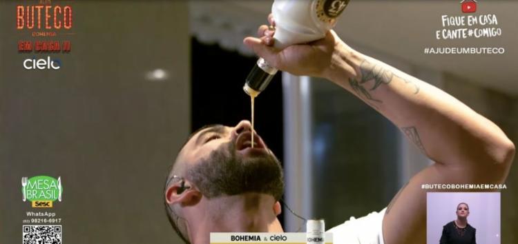 O cantor, por diversas vezes, ingeriu bebida álcoolica e apresentou sinais de embriaguez durante a live 'Boteco em casa' | Foto: Reprodução | Youtube - Foto: Reprodução | Youtube