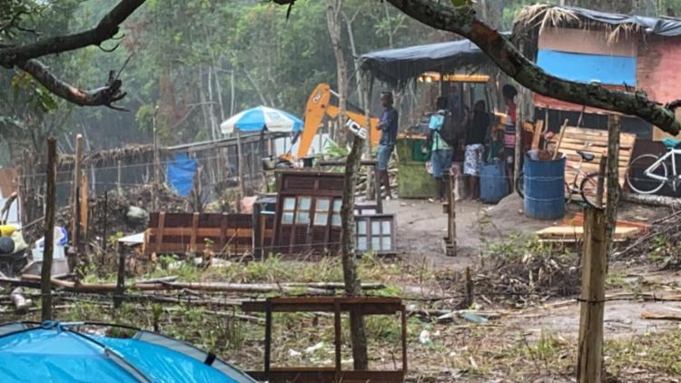 Barracos foram destruídos com auxílio de tratores | Foto: Cidadão Repórter