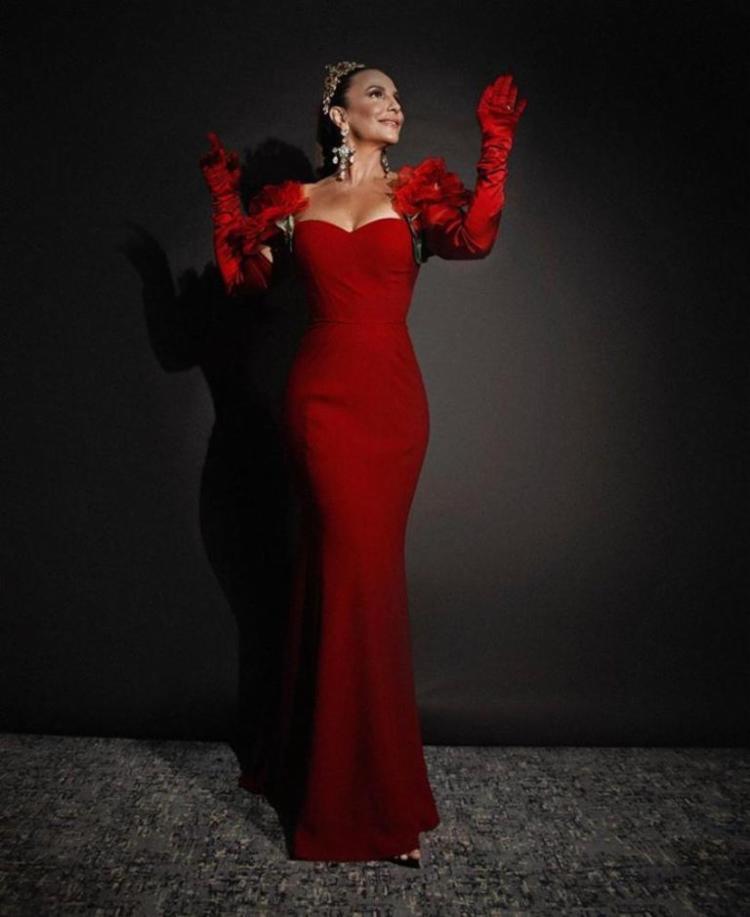 Ivete, uma das presenças mais comemoradas do último Baile da Vogue, celebrou com bom humor o acontecimento - Foto: Reprodução