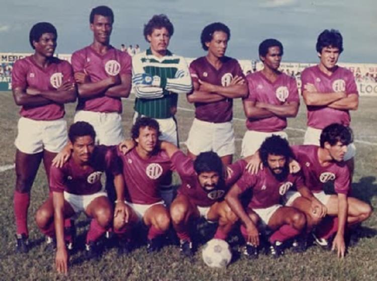 Jogadores do Leônico antes de partida contra o Bahia pelo Campeonato Baiano de 1984 | Foto: Divulgação | Leônico - Foto: Divulgação | Leônico