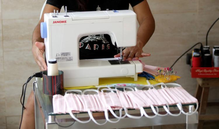 Até o dia 15 de maio, os baianos terão acesso a nove milhões de máscaras artesanais | Foto: Adilton Venegeroles | Ag. A TARDE - Foto: Adilton Venegeroles | Ag. A TARDE