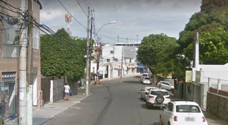 Indivíduos estariam assaltando pedestres no bairro Vila Laura, na capital baiana | Foto: Reprodução | Google Street View - Foto: Reprodução | Google Street View