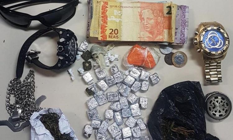 Com o homem, foram apreendidos maconha, crack, relógios e dinheiro em espécie   Foto: Divulgação   SSP-BA - Foto: Divulgação   SSP-BA