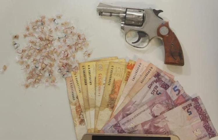 Com o homem, foram apreendidas arma, munições e drogas - Foto: Divulgação   SSP