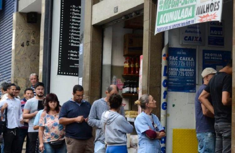 Um cronograma está sendo seguido para evitar aglomerações na hora do pagamento   Foto: Agência Brasil - Foto: Agência Brasil