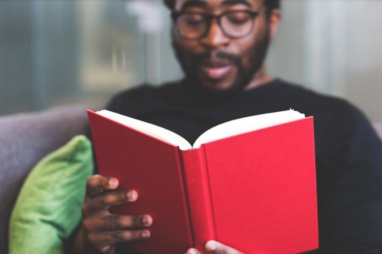 Isolamento social pode ser uma oportunidade interessante para se dedicar à literatura | Foto: Burst | Nappy - Foto: Burst | Nappy